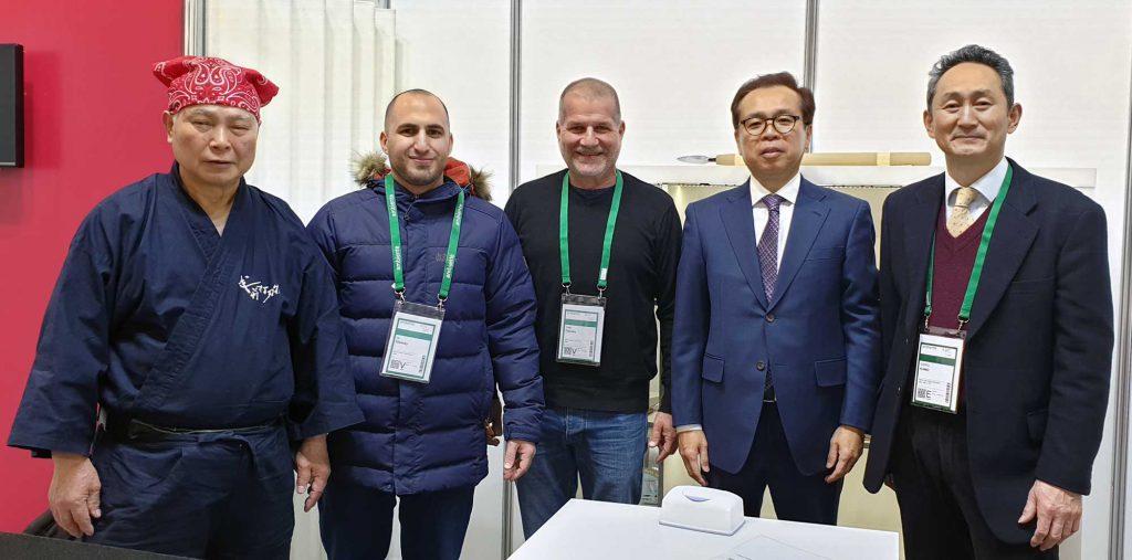 פראנקפורט 2020 - תמונה עם נציגי כפר הסכינים של טאקפו 1