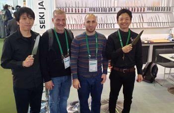 צוות היקארי סכיני שף בתמונה עם צוות סכיני זאנמאי