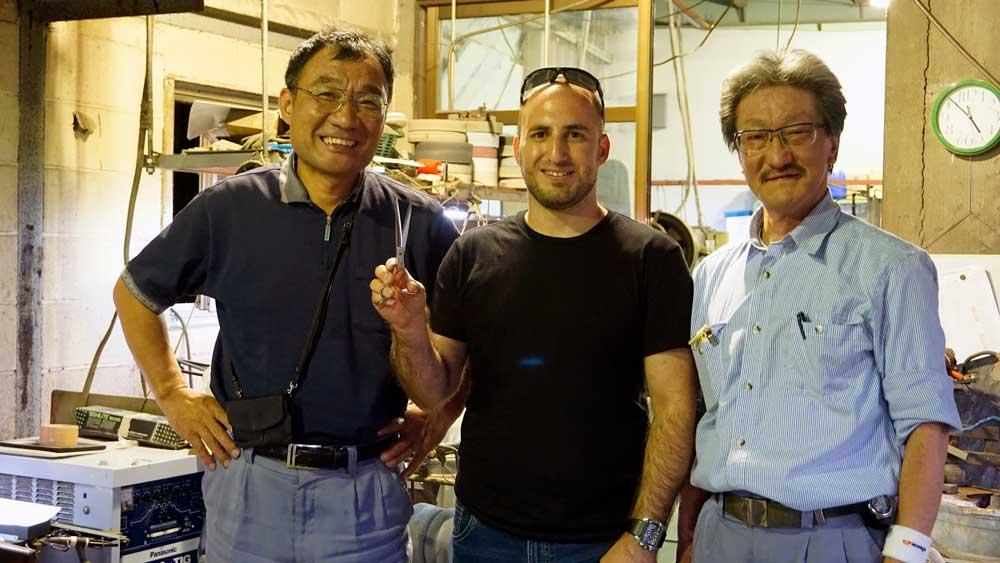 סאנמונג'ו - תמונה קבוצתית עם הנשיא ומנהל המפעל
